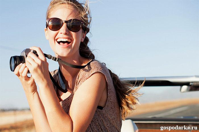 счастливая-путешественница-с-фотоаппаратом