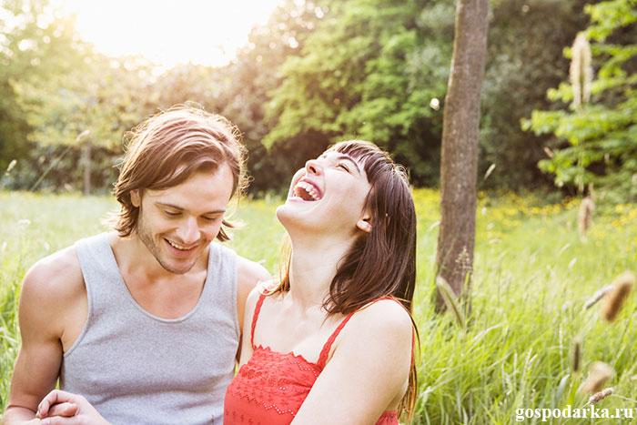 счастливая-пара-отдыхает-на-природе