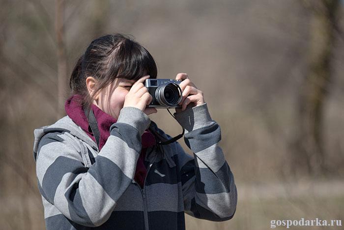 девушка-фотографирует