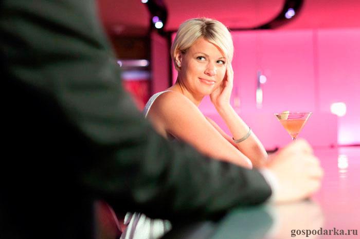 девушка у барной стойки