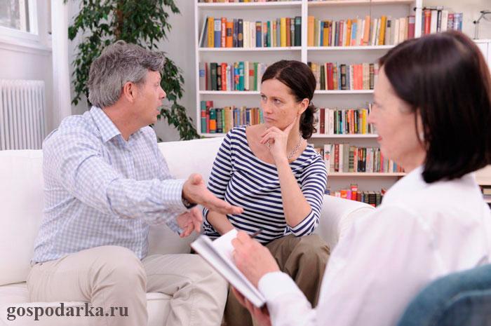 семейный-психолог-работает-с-супружеской-парой