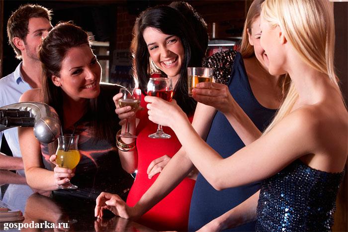 девушки-с-алкогольными-напитками-в-руках