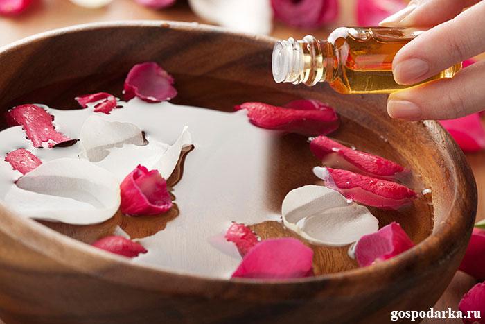 деревянный-тазик-с-водой-и-лепестками-роз