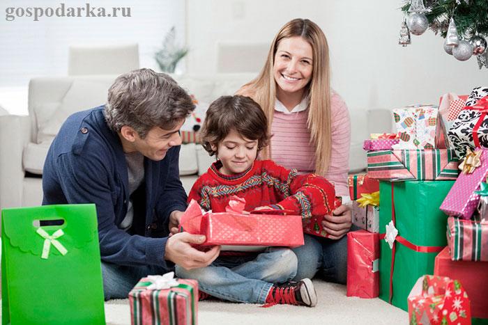 мальчик-разбирает-родительские-подарки