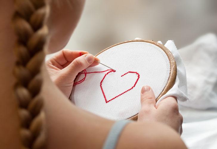 девушка-вышивает-сердечко