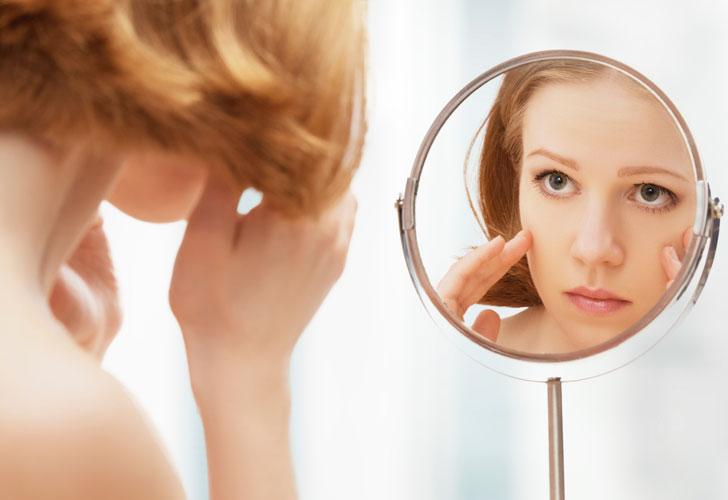 девушка-смотрится-в-настольное-зеркальце