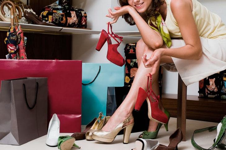 женщина-выбирает-обувь