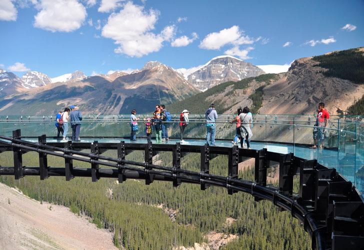 туристы-на-смотровой-платформе-Glacier-Skywalk