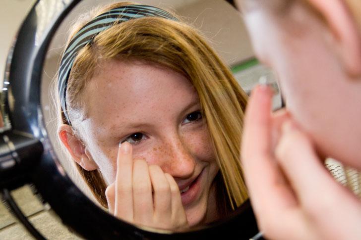 девочка-надевает-контактные-линзы