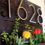 Стильный номер дома с «цветочной клумбой»