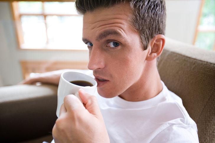 парень-пьет-черный-кофе