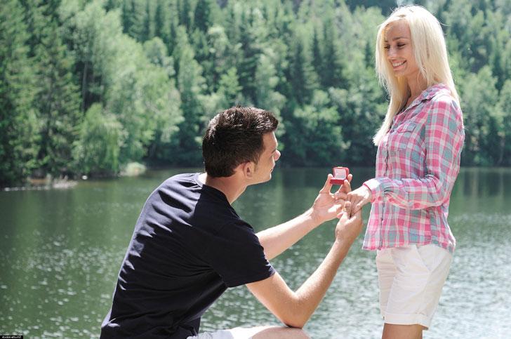 парень-делает-девушке-предложение