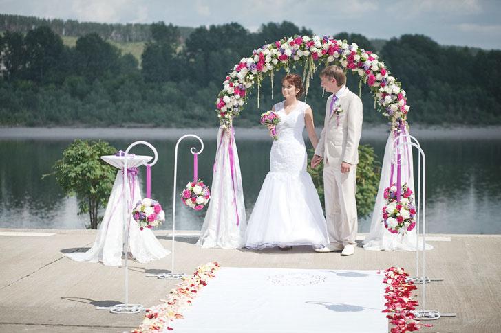 Как украсить свадебную арку