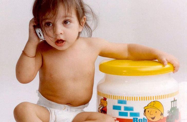 малышка-с-игрушечным-телефоном
