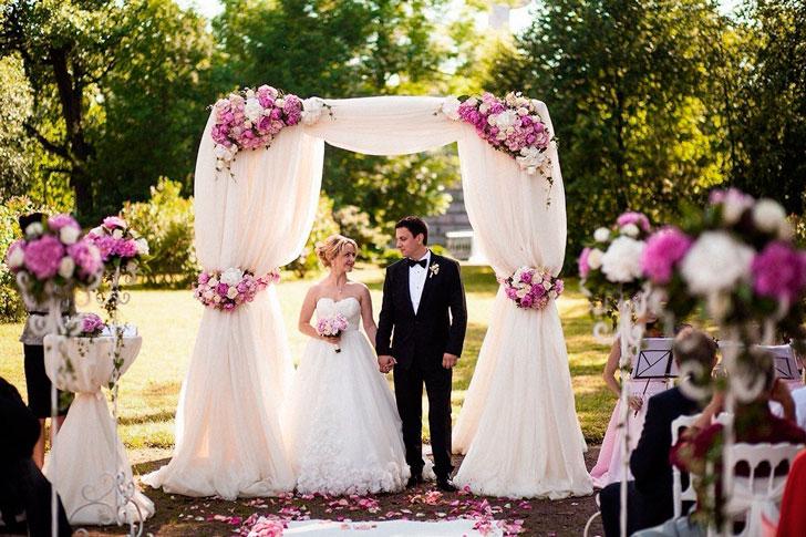 молодожены у свадебного свода