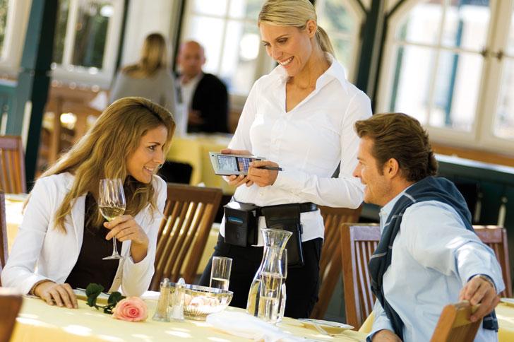 ofitsiantka-v-restorane-prinimaet-zakaz-u-vlyublennoy-pary