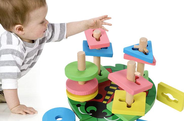 ребенок-играет-с-сортером