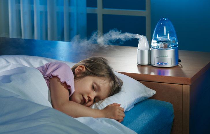 ребенок спит с увлажнителем воздуха