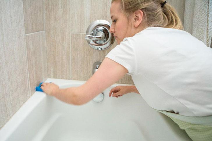 девушка моет акриловую ванну
