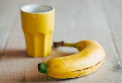 Как отбелить зубы банановой кожурой: самый простой способ