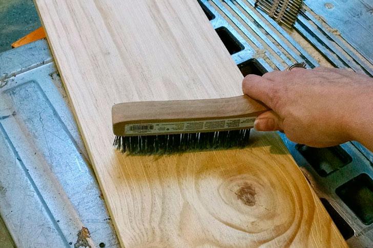 металлическая щетка для браширования дерева