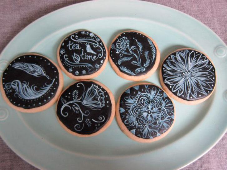расписное печенье на тарелке