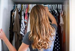 Как упорядочить одежду в платяном шкафу?