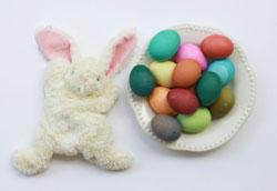 Как покрасить пасхальные яйца вместе с детьми?
