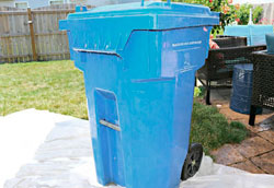 Как почистить уличный мусорный бак?