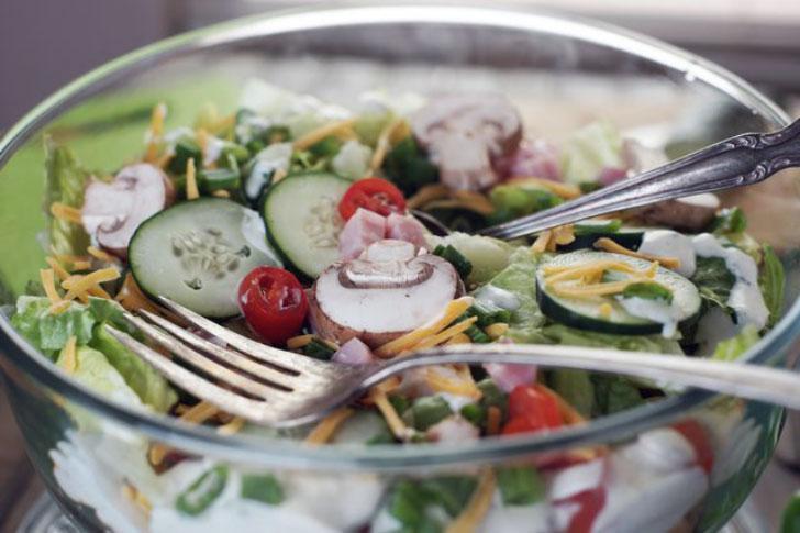 слоеный салат в прозрачной миске