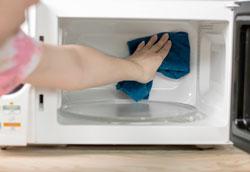 Как почистить микроволновку после приготовления пищи?