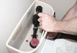 Как почистить сливной бачок унитаза?