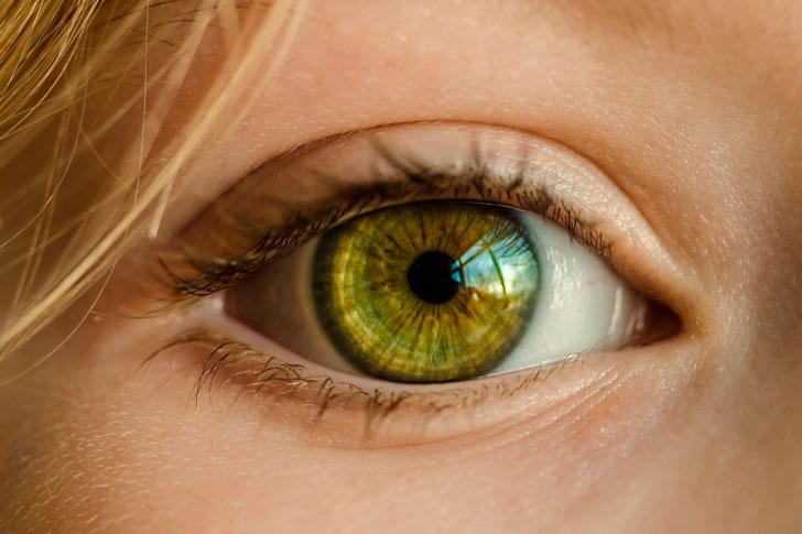 контактная линза на глазе