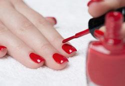 Как маникюрный лак защищает ногти?